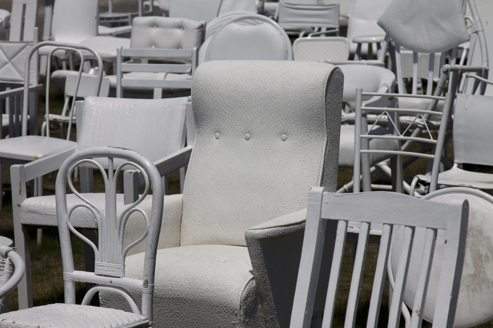 185 white chairs for the 185 victims of the earthquakes.